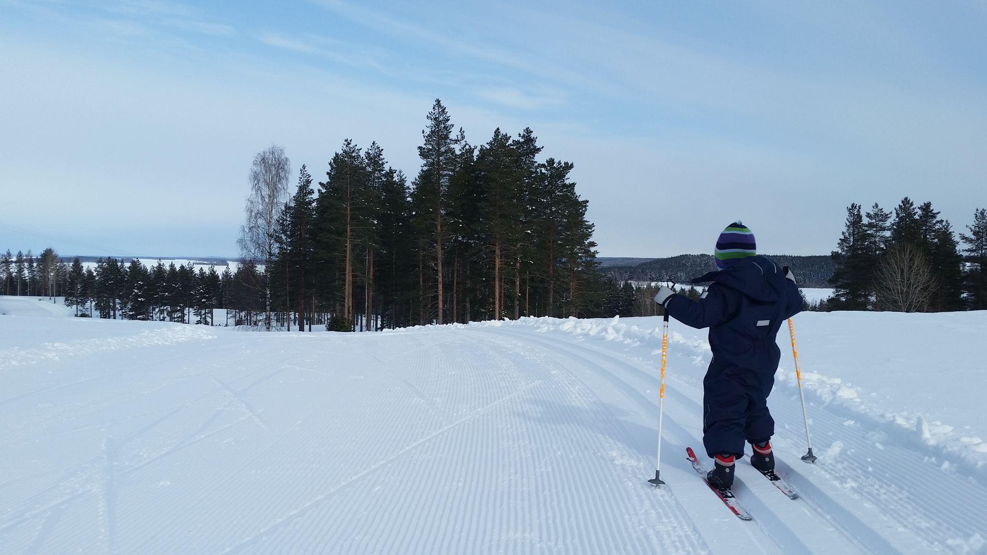 Latuja löytyy pienemmille ja isommille hiihtäjille!
